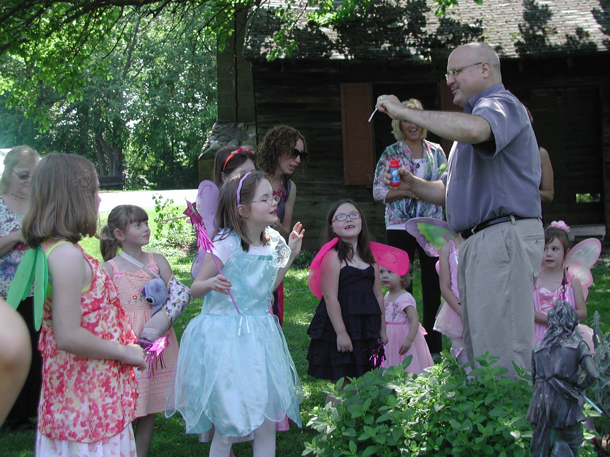 Mike King speaking to a fairy garden tour group